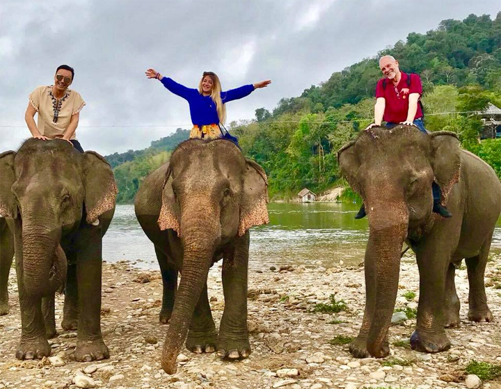Travelers enjoy their happy holiday in Laos (Photo: Maria Eduarda)