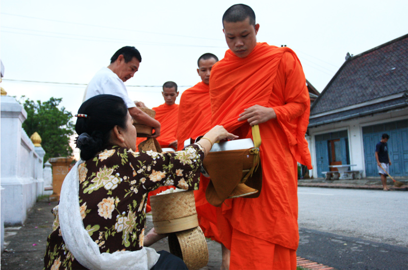 Morning Alms Giving in Luang Prabang – a living Buddhist tradition